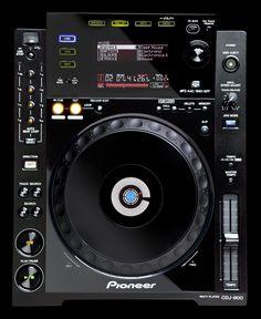 SPECIFICATIES PIONEER CDJ-900:  Op voorraad en nu met GRATIS Prodector stofkap! (voeg deze ook toe aan de winkelwagen en voer vervolgens code 247693 in).    Met de Pioneer CDJ-900 hebben DJ's via de speler direct toegang tot hun muziek. Niet alleen muziek van disc, maar ook van een USB apparaat bijvoorbeeld. Hiermee is het gebruik van een laptop puur voor het beheren en bedienen van tracks eigenlijk overbodig geworden.
