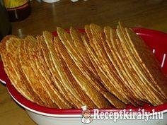 Sajtos tallérHozzávalók:60 dkg liszt 25 dkg reszelt sajt 25 dkg ráma margarin csapott teáskanál őrölt kömény (ha szereted egészben is bele lehet tenni) kis doboz tejföl (ha igényli tehetsz bele többet) 2 egész tojás só ízlé Hungarian Desserts, Hungarian Recipes, Cookie Recipes, Snack Recipes, Healthy Recipes, Snacks, Torte Cake, Small Cake, Food For Thought