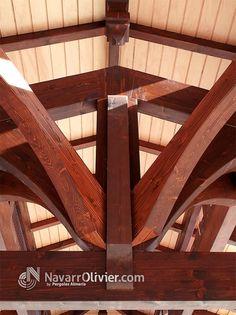 Detalle de estructura de vigas de madera de pino laminada para cubierta a 2 aguas con lucernario construida por NavarrOlivier.com