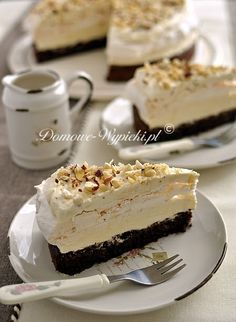Tort bezowo- czekoladowy z masą chałwową Beige-chocolate cake with ground hazelnuts and vanilla halva filling Cupcakes, Cake Cookies, Cupcake Cakes, Sweet Recipes, Cake Recipes, Dessert Recipes, German Baking, Sweet Cakes, Pavlova