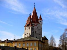 Haager Schlossturm, darunter das ehemalige alte Schulhaus mit Wehrturm.