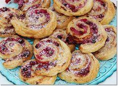 Gizi-receptjei: Ribizlis-túrós mini csiga. Minion, Bagel, Parfait, Doughnut, Oreo, French Toast, Breakfast, Food, Morning Coffee