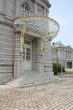 東玄関の庇(写真:磯 達雄)