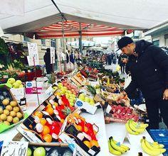 """""""E na correria dos desfiles em Milão uma surpresa boa: nos deparamos com uma feira livre na rua ao lado do apartamento da @aluguetemporadabrasil em que estamos hospedados."""" A dica e o clique são do fotógrafo @leofaria que está a mil registrando o melhor do street style na cidade. #meualuguetemporada #aluguetemporada #homeaway #ellenamfw  via ELLE BRASIL MAGAZINE OFFICIAL INSTAGRAM - Fashion Campaigns  Haute Couture  Advertising  Editorial Photography  Magazine Cover Designs  Supermodels…"""