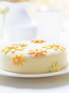 Gâteau à la vanille et à la gelée de petits fruits, pâte au chocolat blanc Recettes   Ricardo