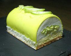 Bûche pomme verte, citron vert et noix de coco - La Fée Chantilly Mini Desserts, Christmas Desserts, Cake Recipes, Dessert Recipes, Arabic Sweets, Cookie Do, Sweet Pastries, Cupcakes, Mousse Cake
