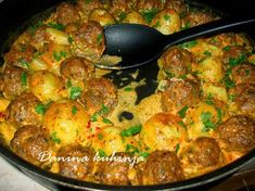Mini karbanátky s bramborami pečené v jednom pekáči Meat Recipes, Cooking Recipes, Healthy Recipes, Mince Dishes, Bosnian Recipes, Macedonian Food, Food Tags, Dinner Rolls, Food Lists