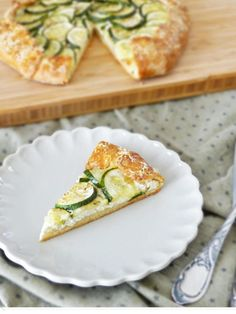 A summer zucchini galette with ricotta – quickly prepared and wonderfully crispy. The perfect summer meal with a salad A summer zucchini galette with ricotta – quickly prepared and wonderfully crispy. The perfect summer meal with a salad Veggie Recipes, Appetizer Recipes, Pumpkin Recipes, Grilling Recipes, Pie Recipes, Queso Ricotta, Summer Recipes, Finger Foods, Food Porn