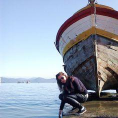 Sentei-me na praia e quando dou pela coisa o mar me beijava. Humberto del Maestro