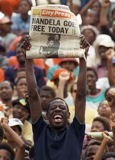 "11. Februar 1990: ""Mandela kommt heute frei"" - Anhänger des Afrikanischen Nationalkongresses feiern in Soweto, photo: Trevor Samson"