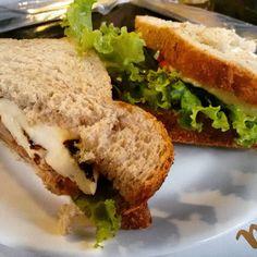 Lanchinho leve e fresco: sanduíche de atum com queijo branco e salada. Taí uma variação dos sanduíches naturais que foge dos quase onipresentes maionese ou cream cheese #sanduiche #sanduichenatural #atum #leve #lanche #lanchesaudavel #sandwich #tuna #tunasandwich #depratosaprosas