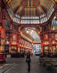 7 MAGICAL Places in London – A Guide to Enchanting Escapes! - Girl standing in Leadenhall Market in London London Fotografie, Places To Travel, Places To Visit, Travel Destinations, Louvre Museum, Highgate Cemetery, London Instagram, Reisen In Europa, London Places
