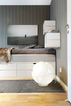 Stilinspiration - Modern, mimimalist bedroom with furs and floor lamp.