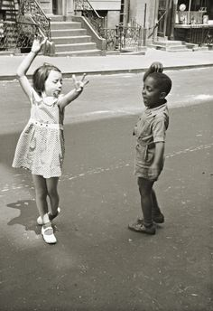 Helen Levitt. New York, 1940    love...to be in the presence of this moment would've been uhmazing...