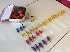 Noppapeli, jossa yhdessä kerätään dinoja lukumäärän ja värin mukaan. Lopuksi lasketaan rivit ja löydetään voittajat.