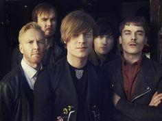 """Mit dem Ausstieg von Sänger und Gitarrist Gustaf Norén 2015 musste die schwedische Rockband Mando Diao einen schweren Schlag verkraften. Knapp zwei Jahre später melden sich Mando Diao jetzt allen Widrigkeiten zum Trotz mit einem neuen Album zurück. Mit """"Good Times"""" kehrt die Band aus Borlänge zu ihren Wurzeln zurück. Björn Dixgård verrät im Interview mit der Redaktion, warum sie nie ans Aufhören gedacht haben und warum die Menschen mehr positive Gedanken zulassen sollten."""
