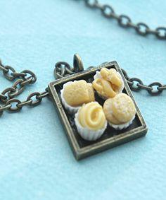 Este collar ofrece un mini colgante azulejo adornado con pequeñas galletas danesas artesanales hechos con arcilla polimérica.  las medidas pendientes de 2 cm x 2 cm y se fija de forma segura a un collar de cadena de bronce que mide 24 pulgadas de largo.