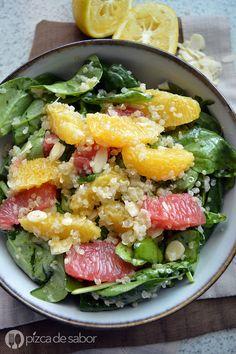 Deliciosa y nutritiva ensalada de quinoa con espinaca, naranja, toronja y almendras con un aderezo casero muy fácil de cítricos. ¡No te quedes sin probarla!