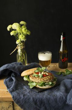 hamburguesas HAMBURGUESA DE POLLO Y ANACARDOS CON SÉSAMO Y MAYONESA TANDOORI claudia y julia