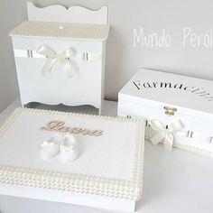 O lindo, delicado e elegante kit branco da Laura!!!  Porta fralda, farmacinha e caixa para laços!  #portafraldas #farmacinha #caixadeperolas #caixaperolada #caixaparalaços #quartodebebe #quartodemenina #decoraçãodebebê #kithigiene #decoraçãodebebê #maedemenina #mamaes #gravidas #enxovaldebebê #enxovaldemenina #perolas #mundoperolado #ehsucesso