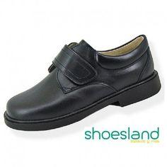 Para volver al cole con un zapato escolar de piel negra resistente y cómodo fabricado en España.  Que ganas de volver a ver a los amigos !!