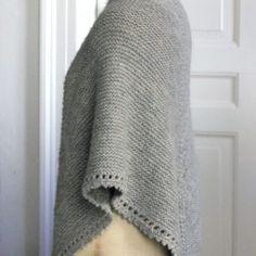 Det skønne, chunky sjal kan med garanti give varmen til selv den mest forfrosne. Det er strikket i tykt økologisk uld på pinde nr. 6, så det tager ikke en gang en evighed at strikke. Slidsen er en god, ny detalje, og så slipper du samtidig for at bøvle med en hel masse tykke masker på rundpinden. Den lille fine…