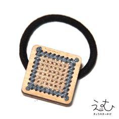 チクチクステッチをしています。TOPサイズ:30×30mmカラー(シナベニヤ):素材のままナチュラルカラー。カラー(糸):ベージュ×ブルー※糸の色の希望がございましたらお気軽にご相談ください。