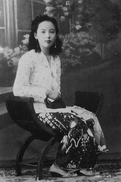 Nyonya Antique Photos, Old Photos, Vintage Photos, Malaysian Batik, The Lost World, Javanese, Sarongs, Vintage Artwork, Burmese