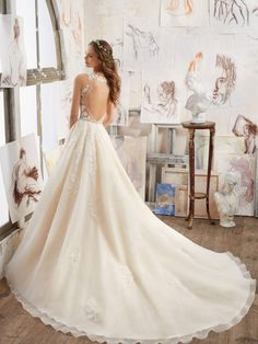 Finding your dream wedding dress can be stressful. There are many things to consider before choosing wedding dress. Here are some tips to get your dreamy wedding dress! Spring 2017 Wedding Dresses, Wedding Dress Trends, Bridal Wedding Dresses, Wedding Dress Styles, Designer Wedding Dresses, Bridesmaid Dresses, A Line Bridal Gowns, Elegant Wedding Gowns, Fit And Flare Wedding Dress