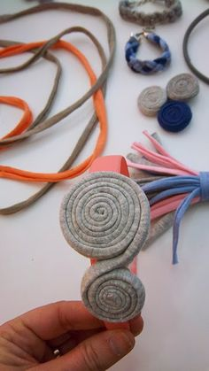 Nice idea for gifts Tee Shirt Crafts, T Shirt Yarn, Textile Jewelry, Fabric Jewelry, Yarn Necklace, Crochet Necklace, Crochet T Shirts, Fabric Yarn, Diy Hair Accessories