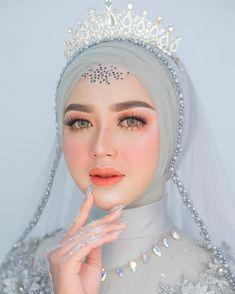 Bridal Makeup Looks, Natural Wedding Makeup, Wedding Makeup Looks, Bride Makeup, Hair Makeup, Kebaya Wedding, Muslimah Wedding Dress, Muslim Wedding Dresses, Hijab Bride