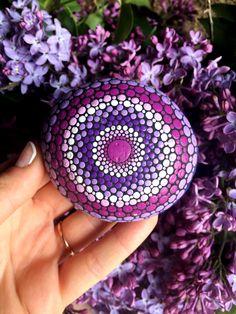 Painted mandala stone Purple Lilac colors Rock Painting Patterns, Dot Art Painting, Mandala Painting, Stone Painting, Stone Mandala, Mandala Rocks, Mandala Pattern, Mandala Design, Rock Crafts