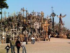 La Colline des Croix (en lituanien: Kryžių Kalnas) est situé au milieu des champs près de la ville de Siauliai en Lituanie du nord.  En Lituanie, la tradition de placer des croix remonte au Moyen Age. Pour la Colline des croix elles ont été placées au moins depuis le 19e siècle. À l'époque soviétique, il y avait plusieurs reprises lorsque bon nombre de ces croix ont fut enlevées et détruites. Néanmoins, les lituaniens y rapportaient nouvelles croix. Depuis 1985, les croix y sont restées en…