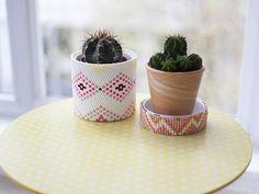 Dans ce tuto DIY réalisé par Laura l'épicière, customisez vos simples pots de fleurs en terre avec un tissage de perles hama coloré et original !