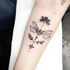 16 Meaningful Tattoos That Show Your Ever-Changing Spirit 3 You know that life is full of changes, and you make the most of them. That's why a dragonfly tattoo is the perfect symbol for you. Symbolic Tattoos, Unique Tattoos, Small Tattoos, Dotwork Tattoo Mandala, Sternum Tattoo, Dream Tattoos, Body Art Tattoos, Pretty Tattoos, Beautiful Tattoos