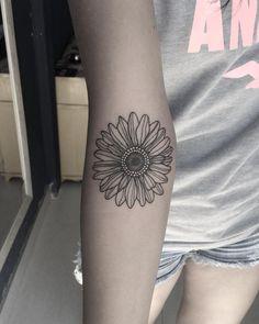 Tatuagem criada por Natasha Feitas de Goiânia. Margarida no antebraço.