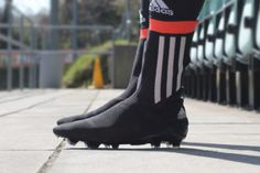 It is the world's first all in one football boot and sock hybrid. Adidas, a mass market active wear brand, has just released the Primeknit FS Soccer Cleat.The new football boot comes with a knitted upper material and without laces. Old Football Boots, Soccer Boots, Football Shoes, Football Cleats, Best Soccer Cleats, Soccer Gear, Look Adidas, Hunter Boots, Footwear