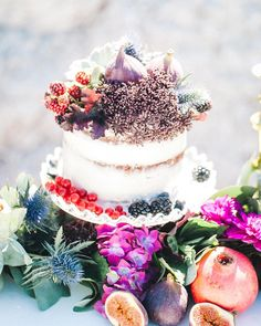#mundushannover #fineartbakery #handmade #candybar #sweets #hannover #cakes #berries #hanover #weddinginspiration #fruits #weddinginspiration #wedding #instabakery #yummy #delicous  Photo: @anja_schneemann_photography  Flowers: @milles_fleurs_  H&M: @riasaage  Styling: @pompomyourlife  Sweets: @mundus_hannover  @theweddingselection