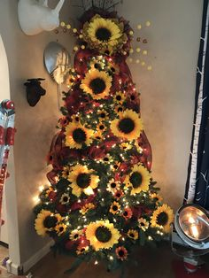 """39 Aesthetically Pleasing Christmas Trees That'll Make You Say \""""Goals\"""" Sunflower Christmas trees are the newest holiday decorating trend of And it's easy to see why, they're seriously gorgeous! Fall Christmas Tree, Thanksgiving Tree, Christmas Trends, Christmas Tree Themes, Holiday Tree, Xmas Tree, Christmas Crafts, Holiday Mood, Green Christmas"""