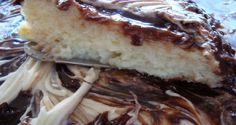 O Bolo Cremoso de Coco com Chocolate vai te conquistar! A sua massa derrete na boca e a cobertura dá o toque final para esse bolo se tornar inesquecível. E