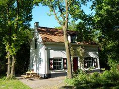 SLAPEN OP DE HEIDE : Het boshuis bevindt zich op een unieke plek, aan de rand van een groot ven en natuurgebied de Strijbeekse Heide. Dit is een uitzonderlijk mooi en rustig natuurgebied ten zuiden van Breda, op de grens met België.  Strijbeek (NB)