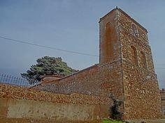 Riofrío de Riaza. Iglesia de San Miguel Arcángel. Estilo románico modificado, con la torre adosada a los pies.