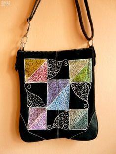 Hasított bőr táska, kézzel festett egyedi mintával.