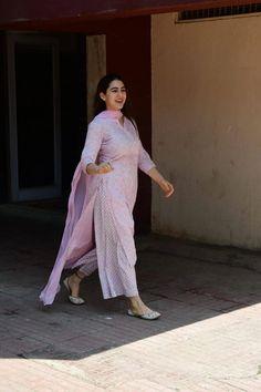 Pakistani Dress Design, Pakistani Dresses, Indian Dresses, Indian Outfits, Bollywood Dress, Kurta Designs Women, Salwar Designs, Casual Indian Fashion, India Fashion
