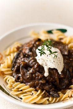 Mushroom bourguignon - Smitten Kitchen via TwoSpoons. Paleo (Minus the pasta) Fall Recipes, Wine Recipes, Beef Recipes, Vegetarian Recipes, Cooking Recipes, Bon Appetit, Mushroom Bourguignon, Smitten Kitchen, Le Diner