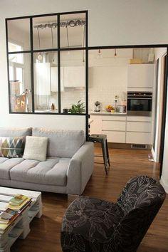 cloison vitrée atelier en guise de séparation entre la cuisine blanche et la salle de séjour