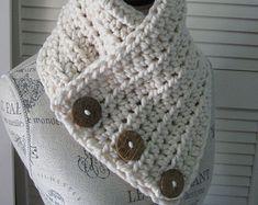 AUTOMNE hiver Echarpe Cowl Wrap Neckwarmer 3Buttons main Crochet tricot Outwear Fashion Womens hommes unisexe foulards le cadeau parfait    Magnifique cercle Cowl Chunky Oversize avec boutons arbre OOAK, celui-ci vous tiendra très agréable. Fait dEXTRA doux et CHUNKY de fils, rend cette écharpe portable de façon élégante avec une robe, ou à la mode avec un Jean. Cest un cadeau parfait pour les anniversaires, fête, des mères  NOËL OU LES OCCASIONS SPÉCIALES !    TAILLE DISPONIBLE :  XS - S…