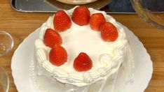 This Japanese Christmas Cake is a fluffy sponge cake decorated with a generous amount of strawberries and whipped cream. Try this recipe at Christmas time. Strawberry Sponge Cake, Strawberry Recipes, Japanese Christmas Cake, Cake Decorating Techniques, Round Cakes, Cake Plates, Cake Recipes, Xmas Cakes, Asian Desserts