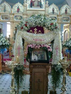 Арка на Покров Cool Experiments, Christmas Wreaths, Christmas Tree, Church Flowers, White Flowers, Creative Design, Flower Arrangements, Holiday Decor, Orthodox Christianity