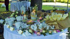 Allestimento confettata rosa per matrimonio sul prato con confetti vari gusti e coni